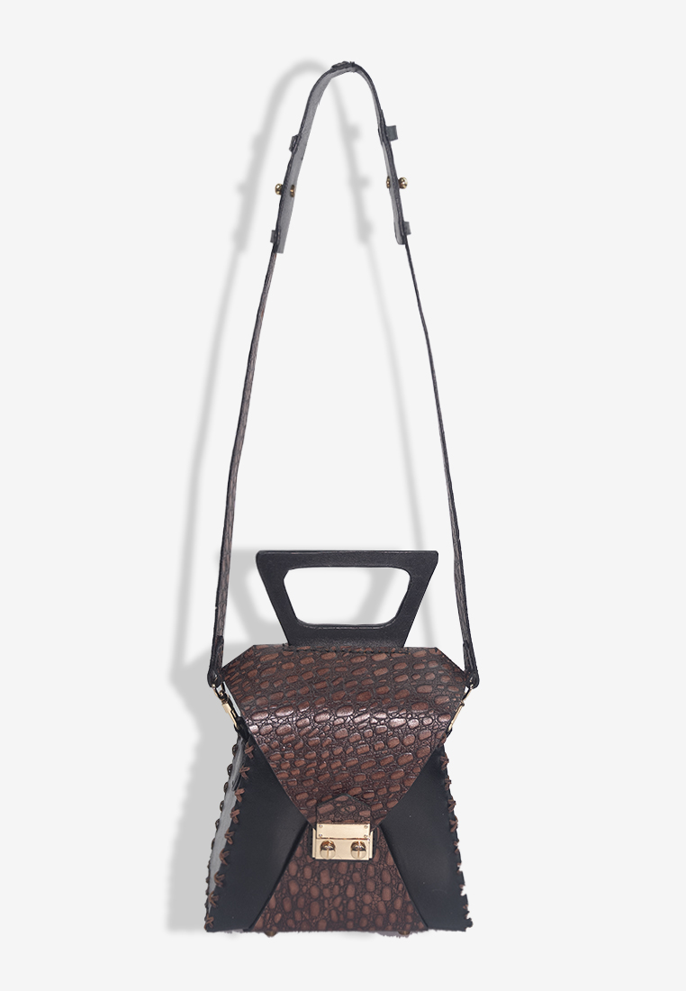 Boîte Triangulaire Bag with Strap